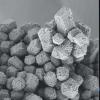 研究人员利用静电荷将颗粒组装成模仿宝石 盐的材料