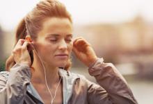 锻炼时聆听音乐和视频可以分散您的工作量 从而提高绩效