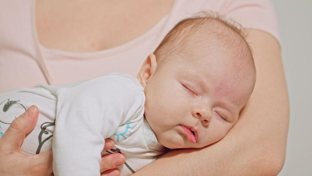 婴儿提前吃固体食物可以使他们睡得更好