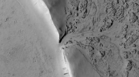图像揭示了熔岩冲破火星陨石坑壁并开始填充的地方